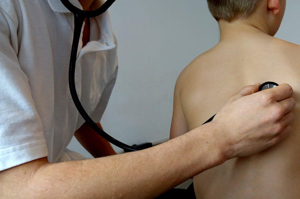 Enfant et bouton de fièvre