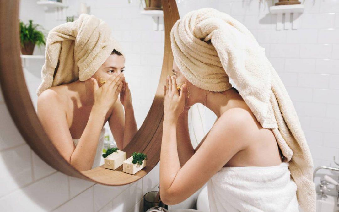 L'eau de lait: un indispensable pour nettoyer une peau grasse