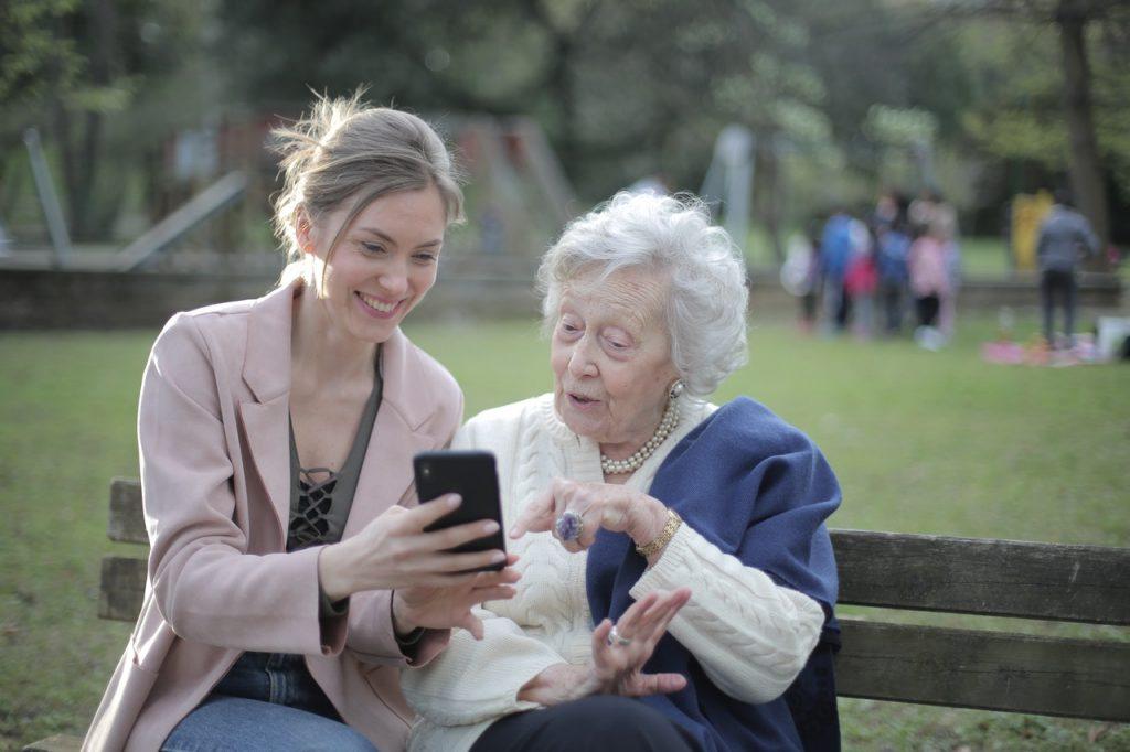 Femme âgée et jeune femme