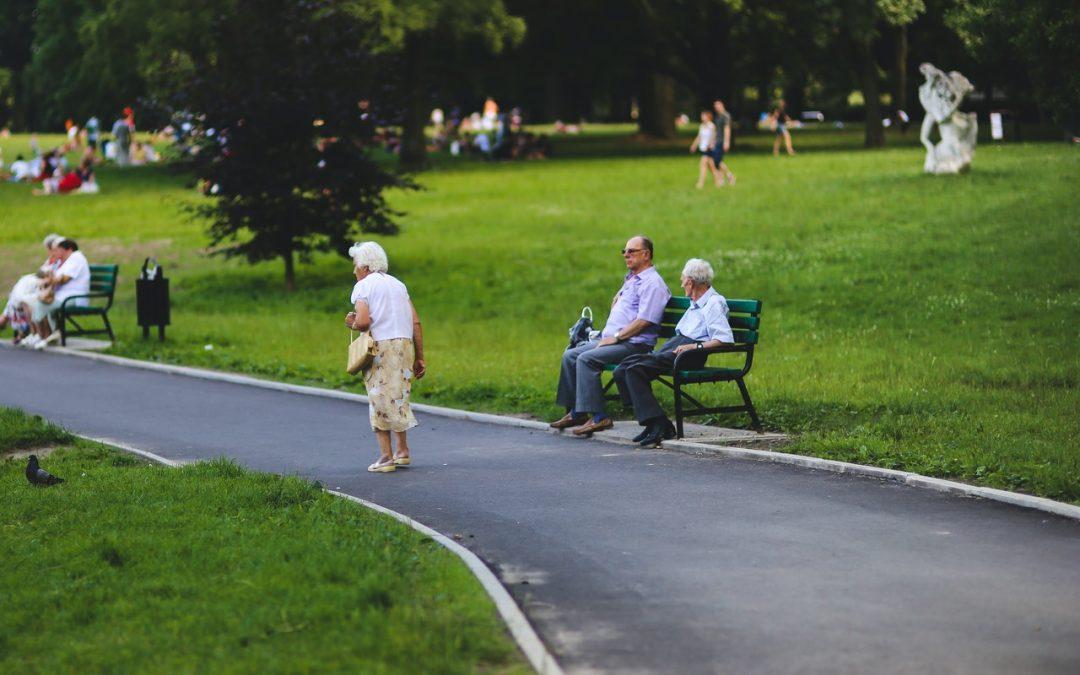 Personnes âgées dans un parc