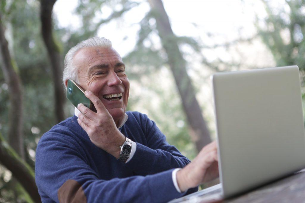 Senior sur son ordinateur
