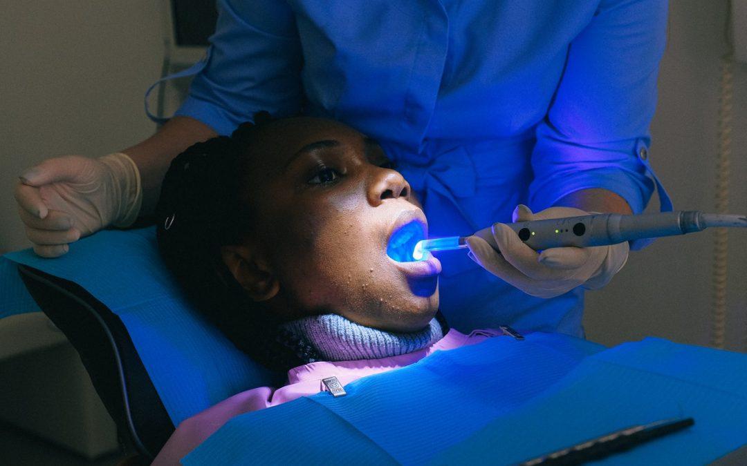 Orthodontie invisible avec un traitement Invisalign : concrètement, c'est quoi ?