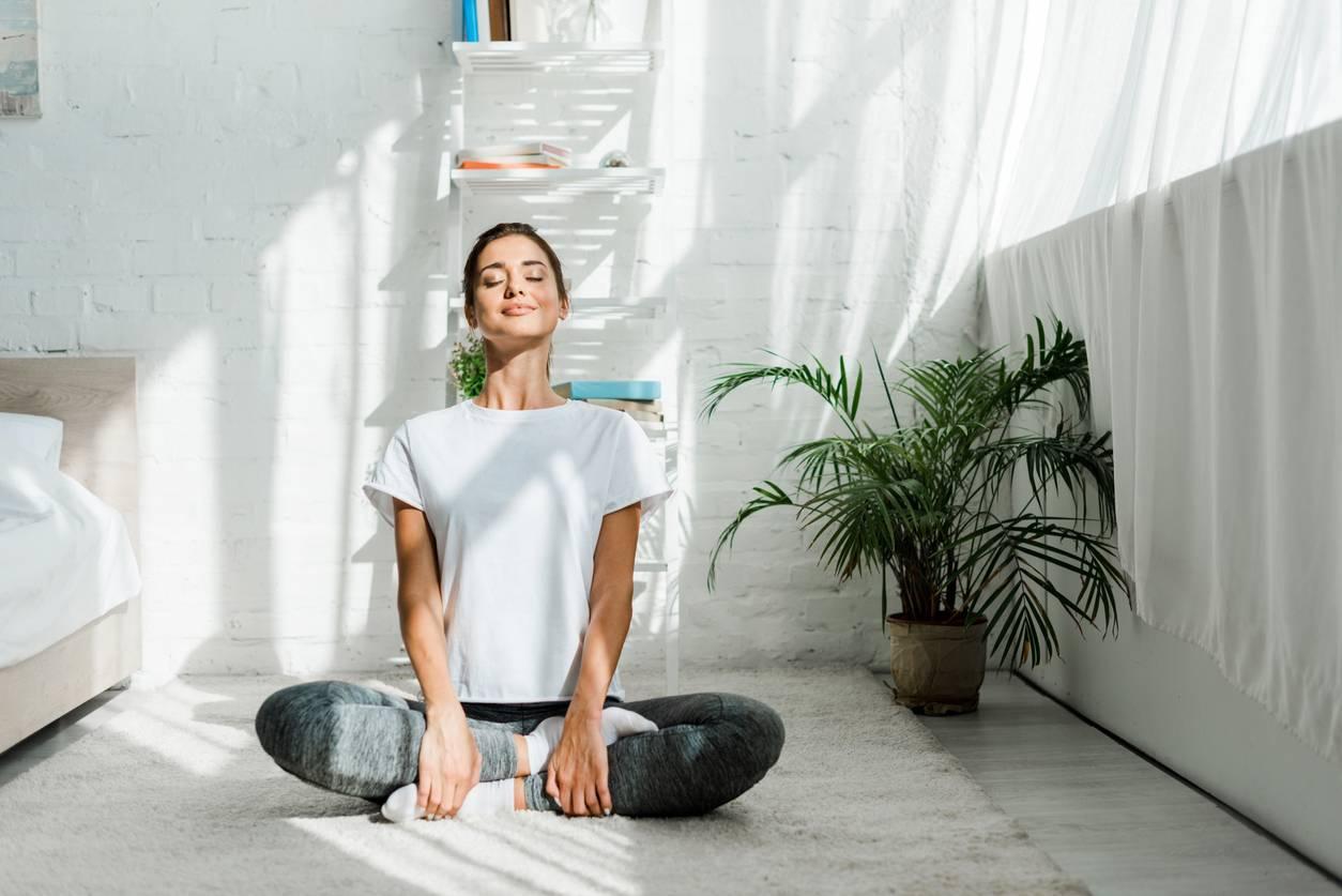 femme pratique le yoga santé bien-être