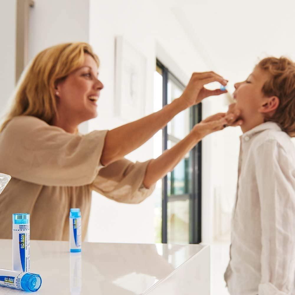 administration d'un remède homéopathique à un enfant